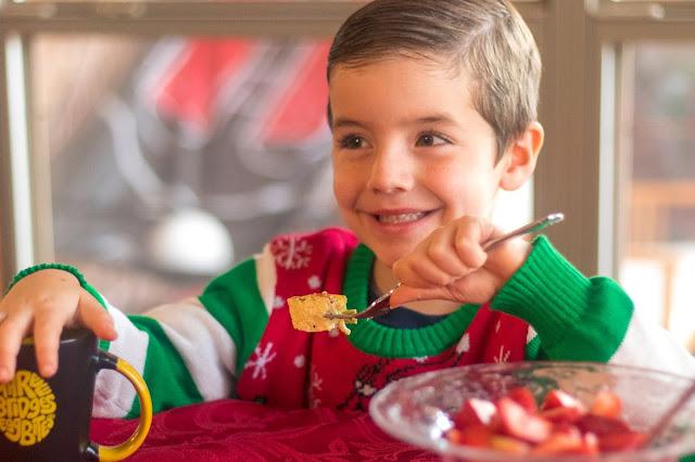 Recette de petit-déjeuner de renne de Noël avec trois bouchées d'oeufs de ponts