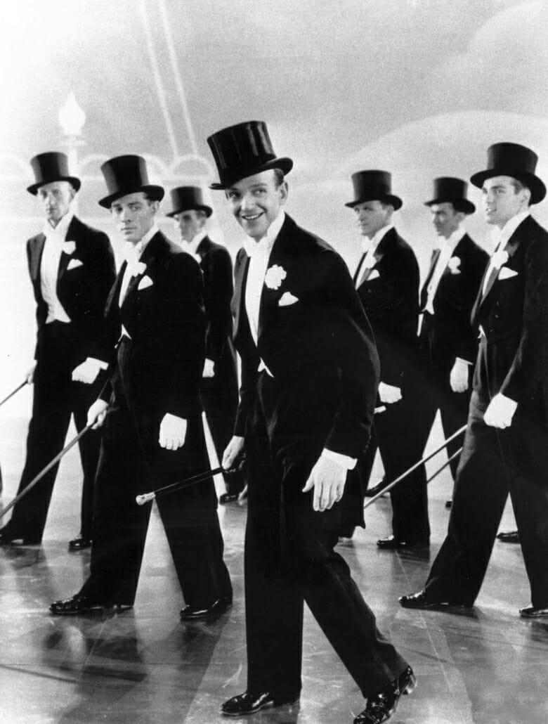 Fred Astaire dansant en cravate blanche