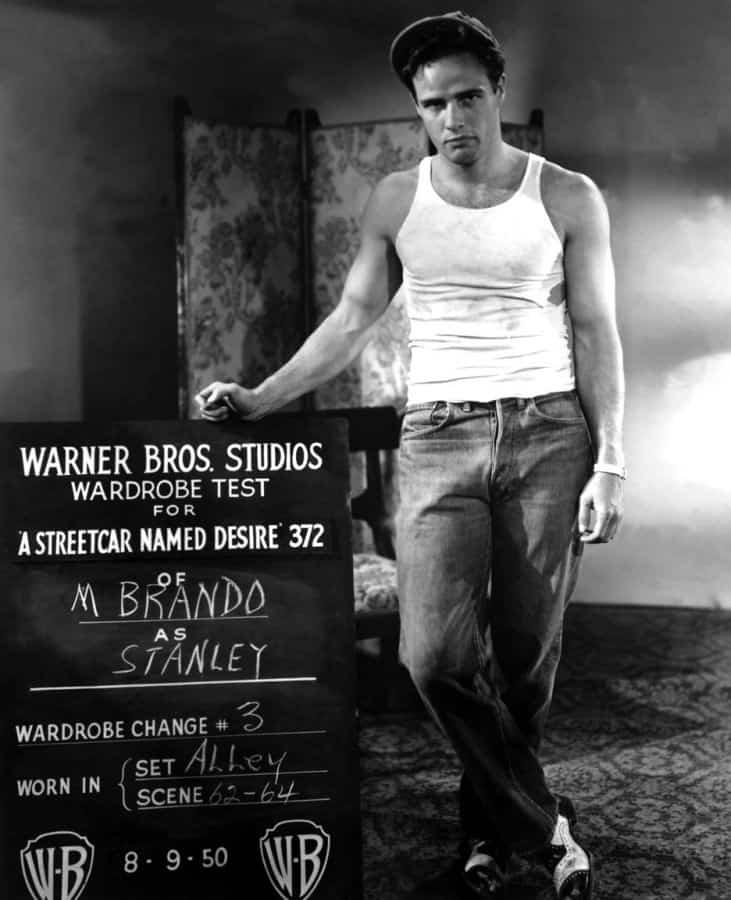 Marlon Brando en test shot pour A Streetcar Named Desire portant un maillot de corps femme sans manches 1950