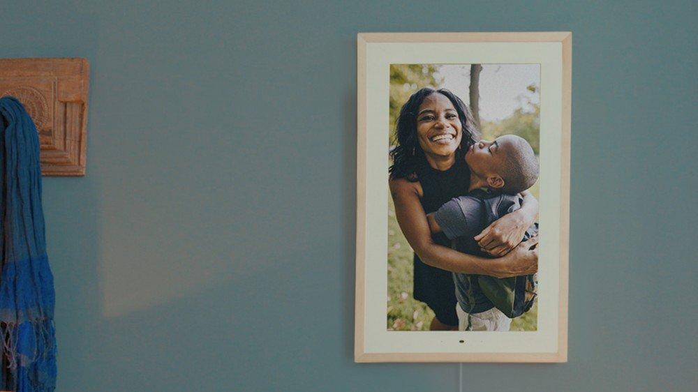 Le Lenovo Smart Frame avec une mère et son fils étreignant.
