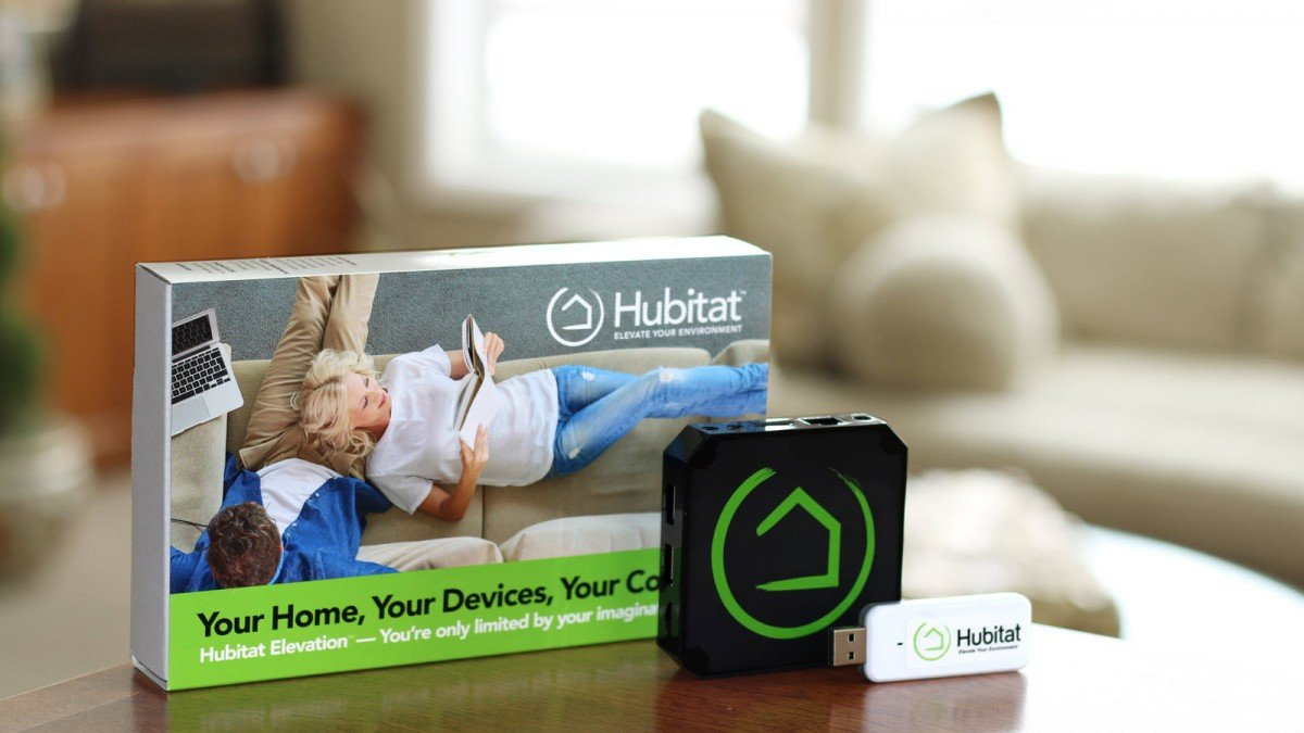 Un hub Hubitat, une clé USB et une boîte dans un salon.