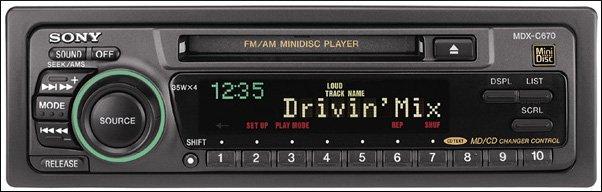 Une chaîne stéréo de voiture Sony MDX-C670 MiniDisc.