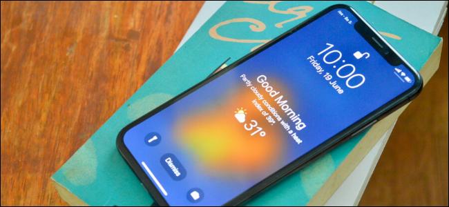 Utilisateur d'iPhone affichant la météo sur l'écran de verrouillage