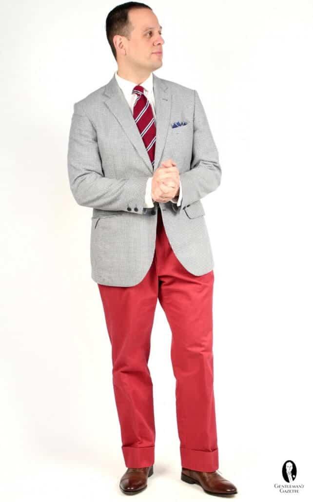 Nantucket Pantalon chino rouge avec manteau sport bleu et blanc, pochette en lin et cravate rouge et bleue