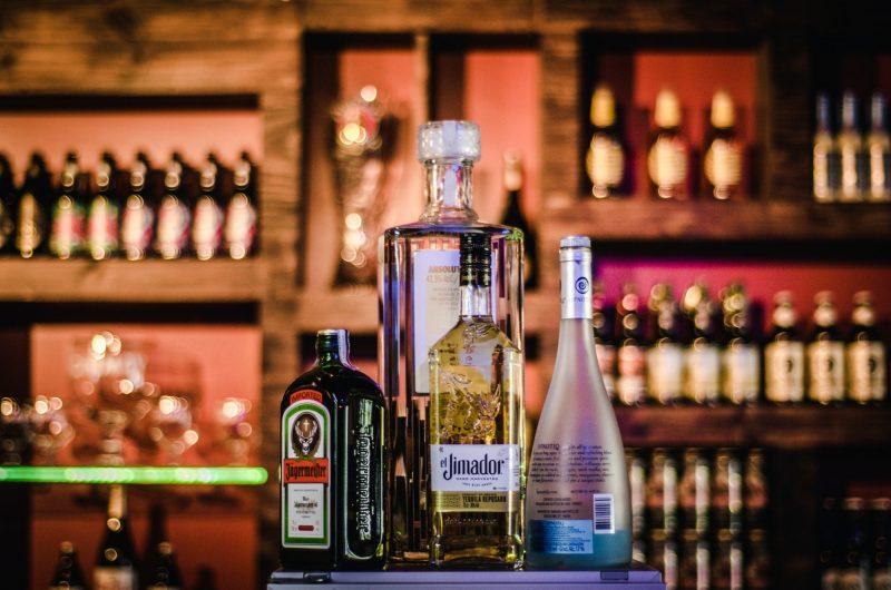 bouteilles d'alcool empilées sur une étagère