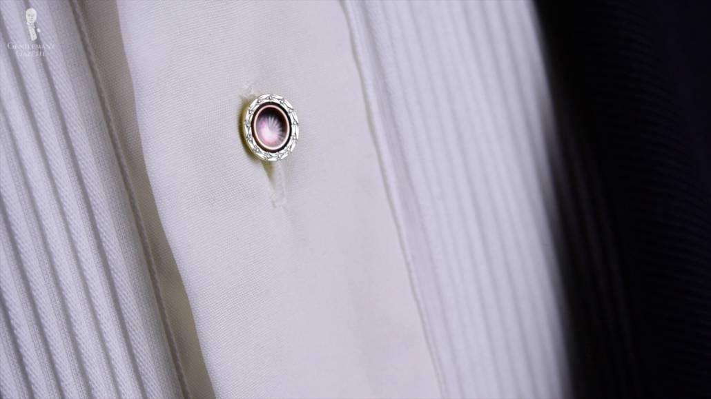 Les clous de chemise étaient traditionnellement portés dans les tenues cravate noire ou cravate blanche.