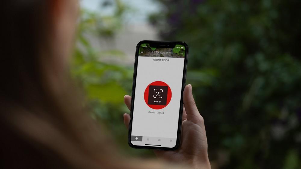 Une application Yale Smart Lock avec une fonction de scan du visage pour accéder au déverrouillage à distance.