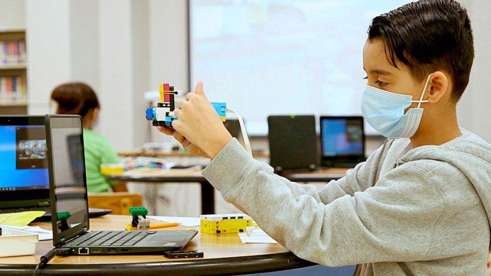 Un enfant utilisant les outils LEGO Education.