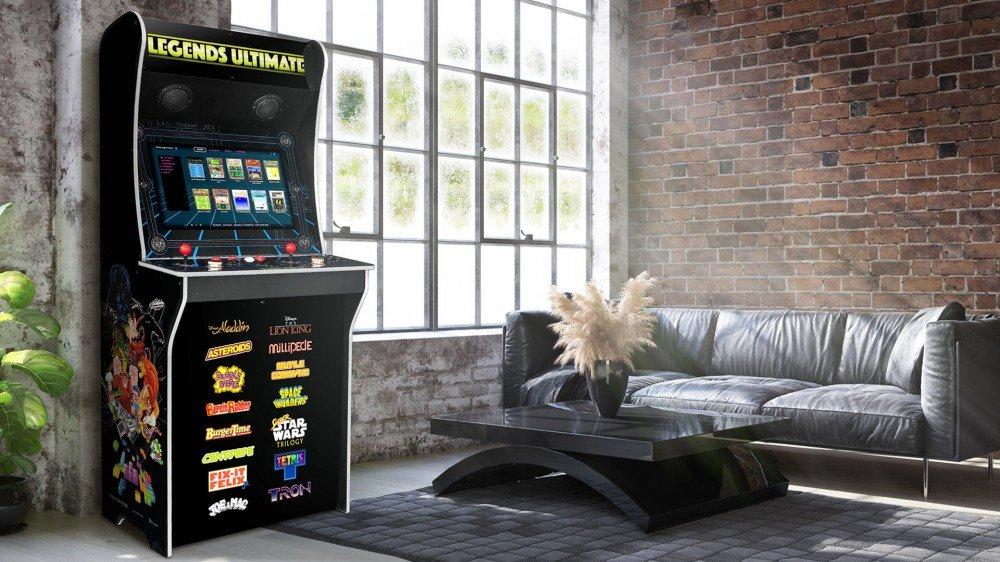 Une machine d'arcade Legends Ultimate dans un salon.