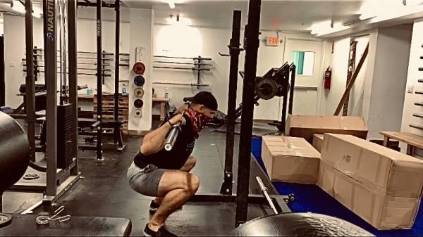 Comment se tenir debout pendant un squat - Fitness, fitness, back squat, posture, exercice correctif, entraînement en ligne, abdominal transversal, quadriceps, coordination, abdos, squats avant, force des fessiers, haut du dos, obliques, conscience sensorielle, stabilité du tronc