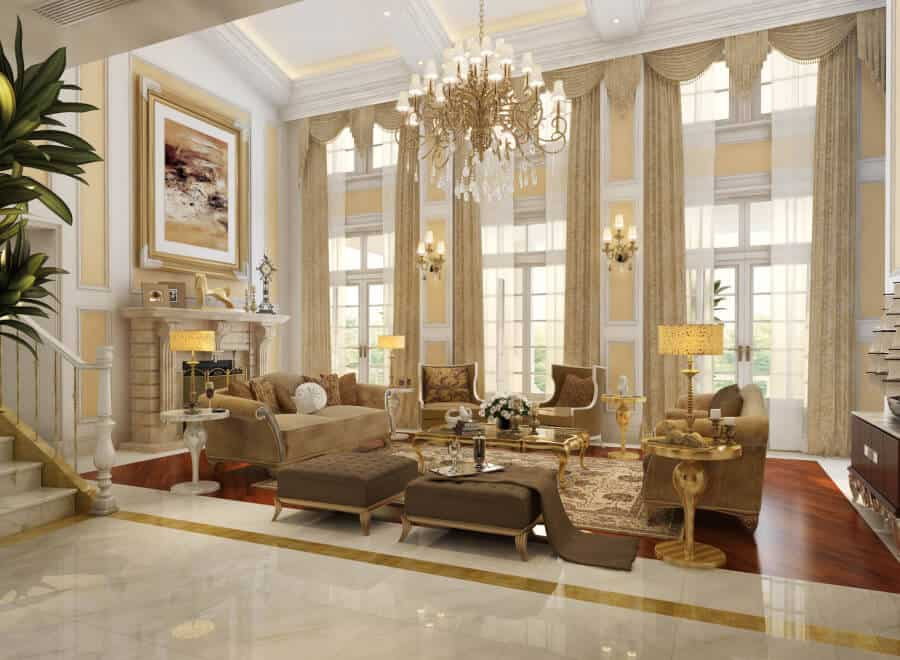 Un grand salon dans une maison plus grande