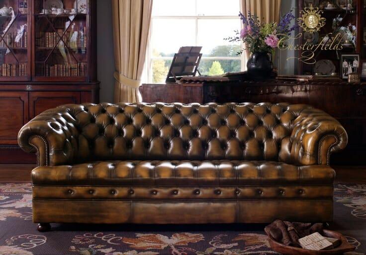 Un canapé chesterfield avec des boutons sur les sièges