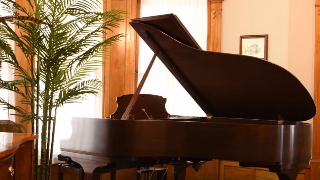 Un piano à queue avec le couvercle ouvert attirera les yeux vers le haut, créant ainsi l'illusion d'un espace plus grand.