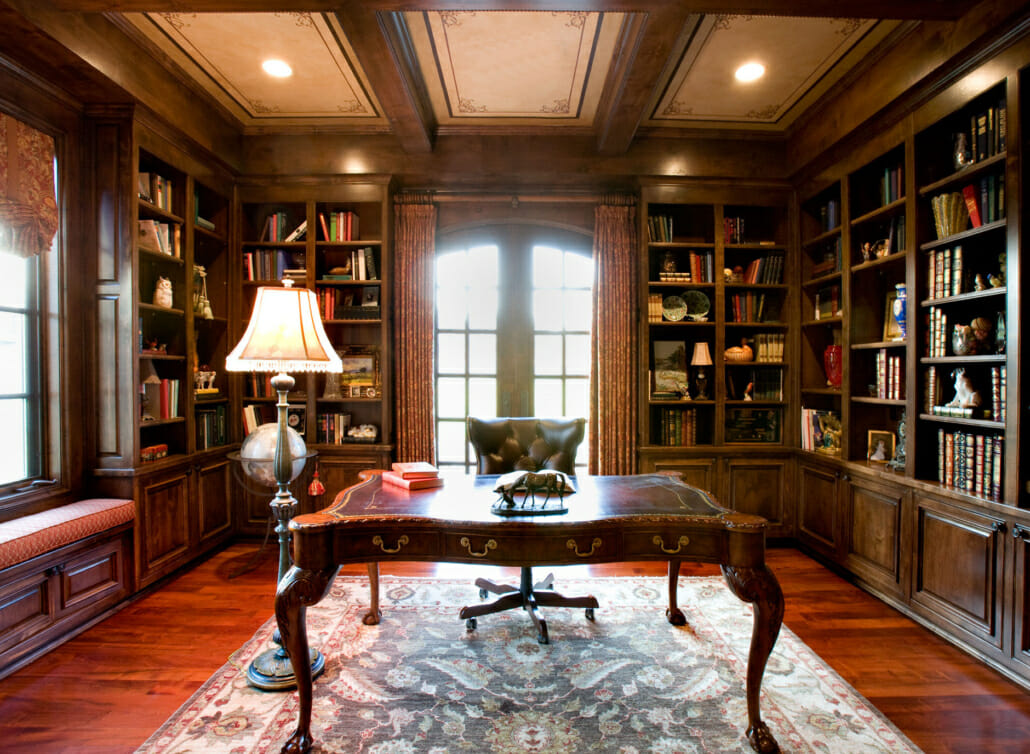 Le bureau au centre de la bibliothèque