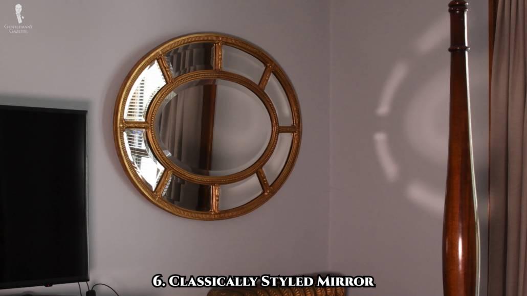 Un miroir de style classique donne l'illusion d'un espace plus grand grâce à son reflet.
