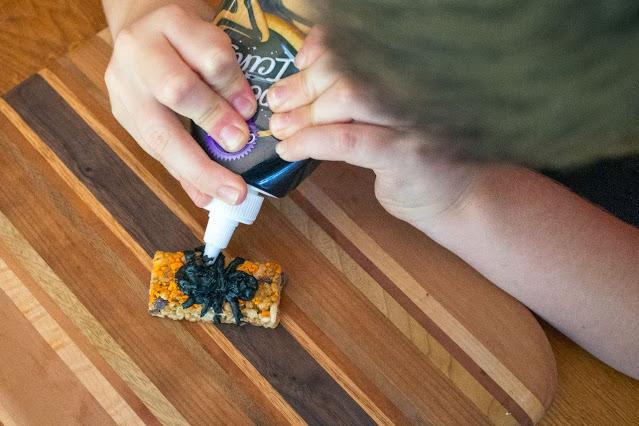 Comment faire des monstres de mini-bar moelleux pour Halloween