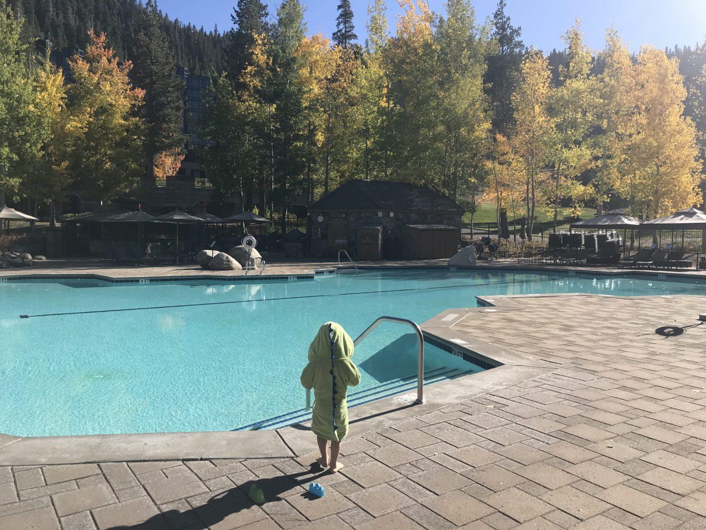 Prendre des vacances pendant une pandémie - piscine vide la plupart du temps