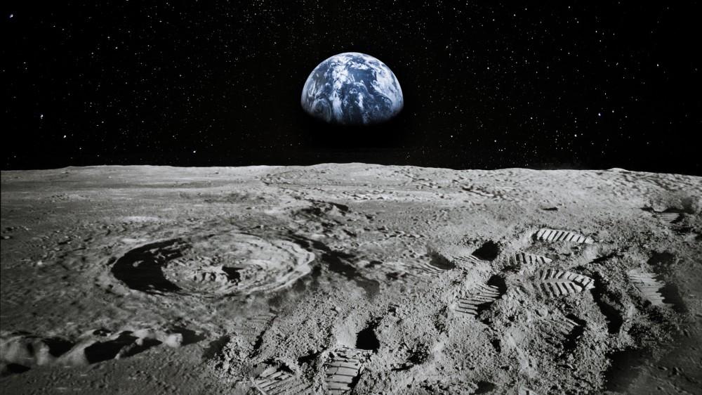 Une vue de la Terre s'élevant sur l'horizon de la Lune.