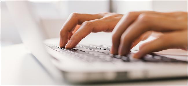 Personne tapant sur un clavier d'ordinateur portable