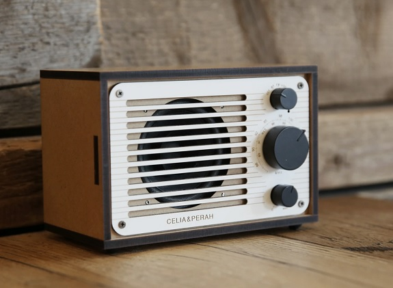 Radio classique Bluetooth DIY de Celia & Perah via Huckberry