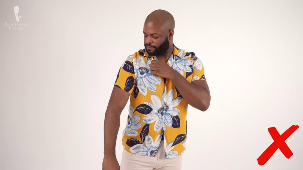 Les chemises à la mode rapide se dégradent souvent facilement et ne s'adaptent pas bien à Kyle.