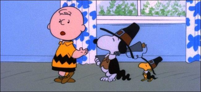 "Charlie Brown, Snoopy et Woodstock dans ""Un Thanksgiving Charlie Brown."""