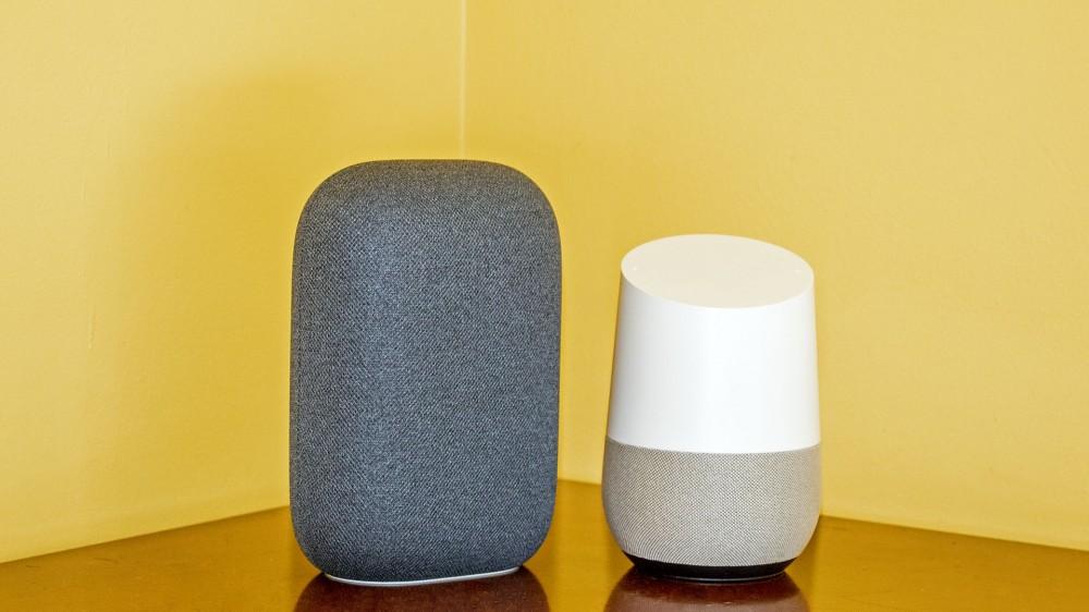 Un Nest Audio à côté d'un Google Home