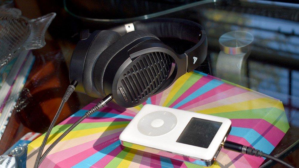 Les Audeze LCD-1 sont branchés sur un iPod.