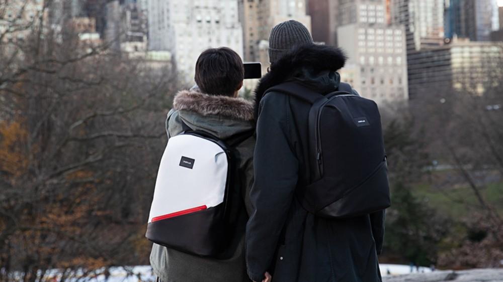 Deux personnes portant des sacs à dos Urban Traveler.