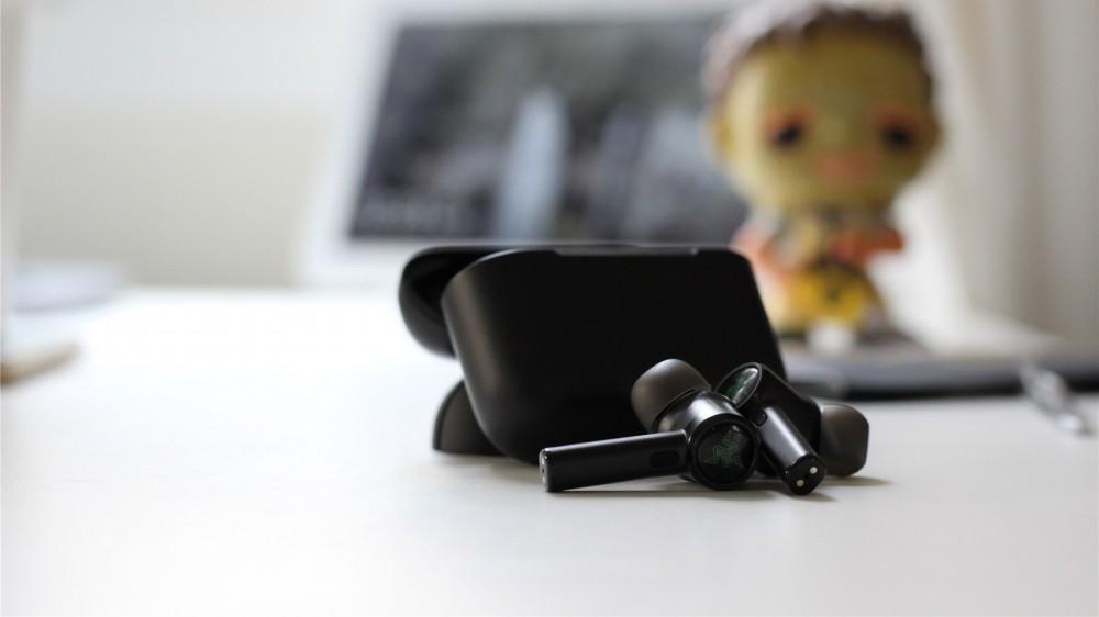 Les écouteurs Razer Hammerhead Pro devant l'étui