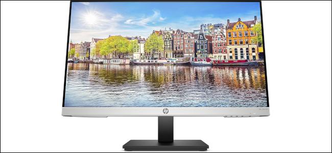 Un moniteur HP avec une image d'une ville européenne affichée comme fond d'écran.
