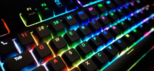Un clavier PC avec éclairage RVB.