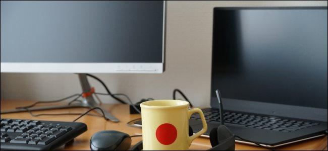 Un ordinateur portable à côté d'un moniteur et d'un clavier.