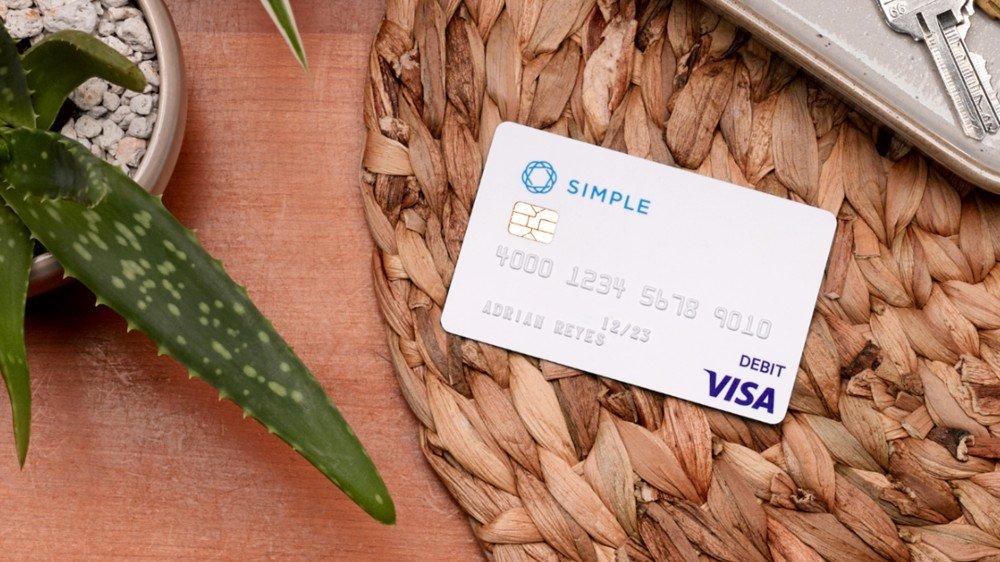 Une simple carte de crédit sur une coiffeuse.