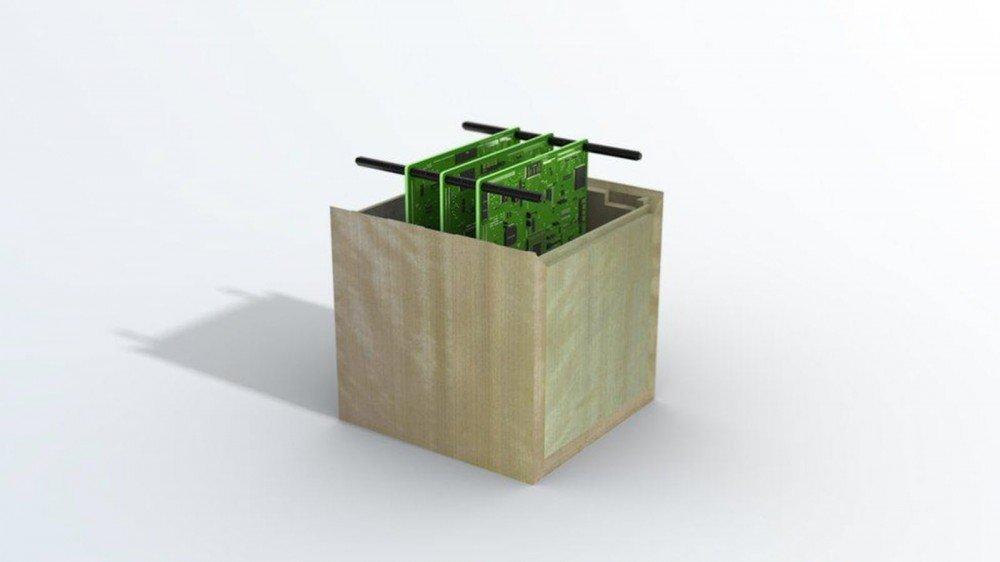 Une boîte en bois contenant plusieurs circuits imprimés.