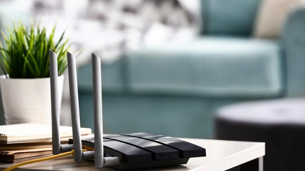 Routeur wi-fi moderne sur table lumineuse dans la chambre