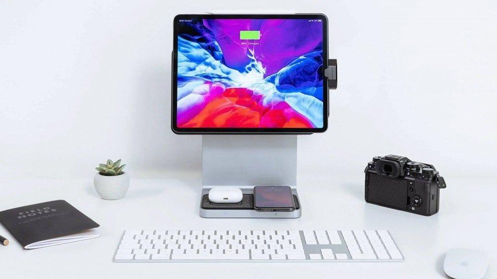 Un iPad connecté à un support d'aspect iMac, tout en chargeant sans fil un iPhone et des AirPods