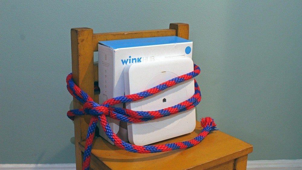 Un Wink Hub attaché à une chaise.