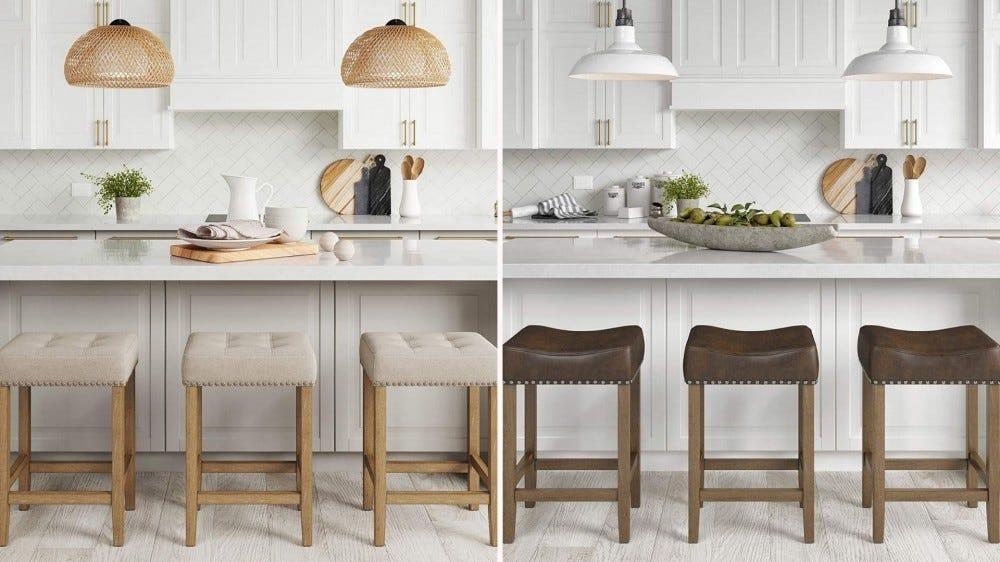 Trois tabourets en bois naturel avec des coussins en tissu beige et trois tabourets en bois foncé naturel avec des coussins en cuir marron foncé.