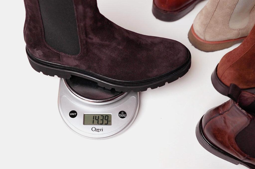 bottine chelsea marron koio pesant sur l'échelle