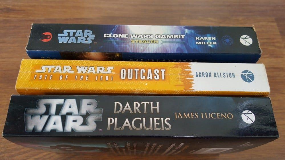 """Trois """"Guerres des étoiles"""" romans sur une table en bois"""