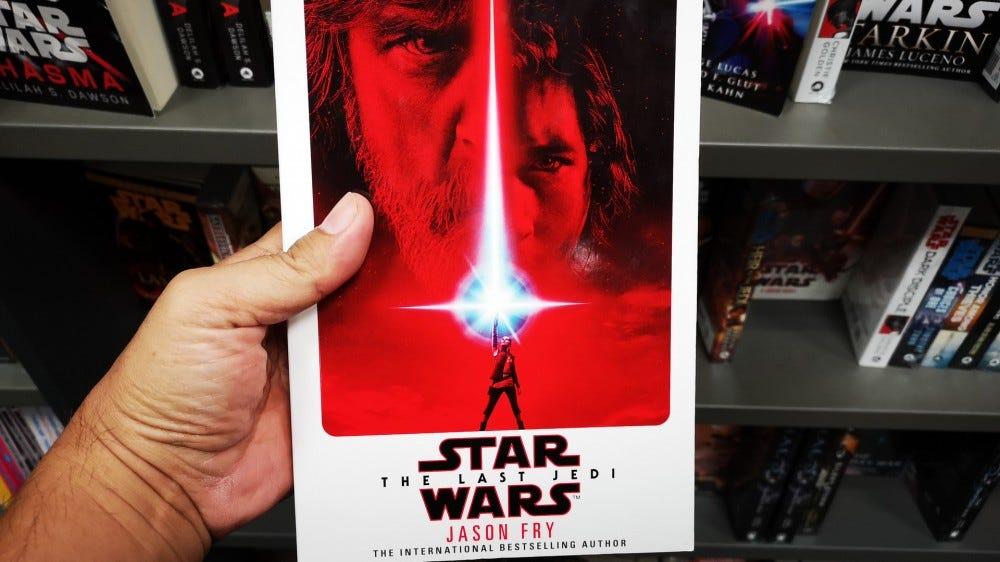 """Se tenir la main """"Star Wars: Les derniers Jedi"""" livre de l'auteur Jason Fry dans une librairie"""