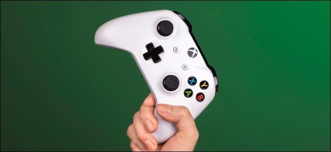 Une main tenant une manette Xbox.