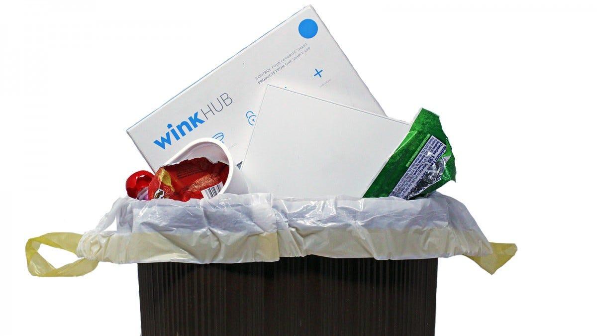 Un Wink Hub dans une poubelle