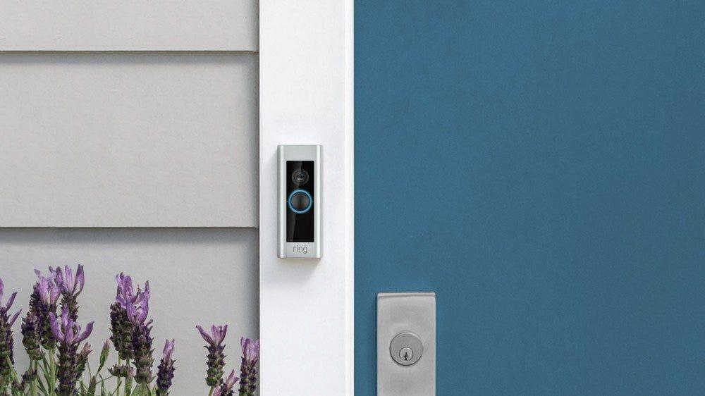 Une Ring Video Doorbell Pro à côté d'une porte bleue.
