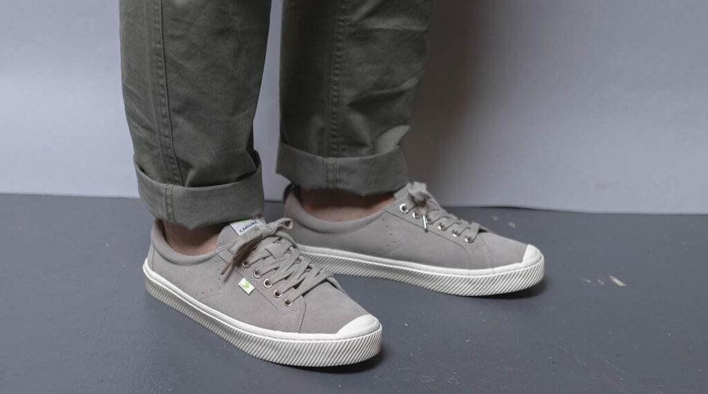 cariuma oca bas gris sur pieds 3