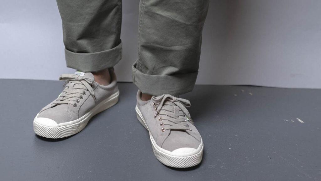 cariuma oca bas gris sur pieds 4