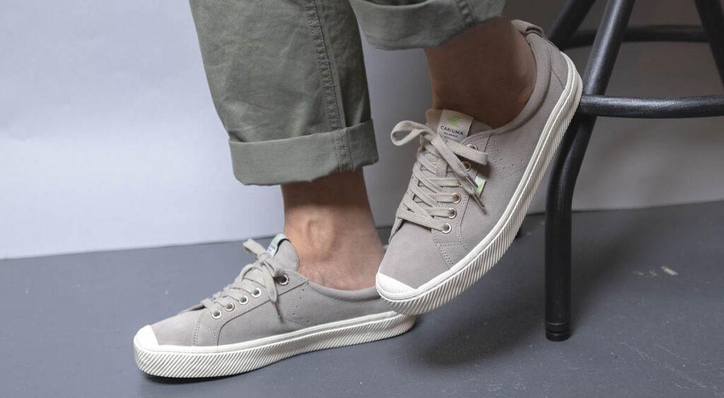 cariuma oca bas gris sur pieds 2