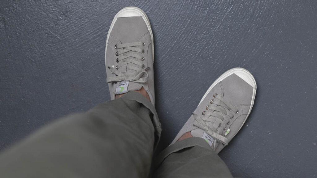 cariuma oca bas gris sur les pieds de haut en bas
