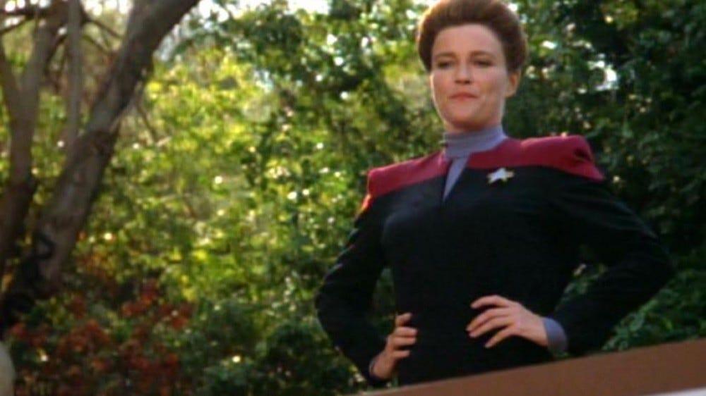 Capitaine Janeway, regardant par-dessus un balcon.